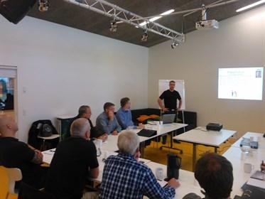 Jan Erik Elgaard til ledertræning med ledere fra Hasseris Boligselskab.